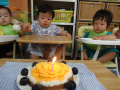 しおりちゃん 1歳の誕生日おめでとう! 生地は米粉・オリーブ油・じゃが芋・重曹・水・メープルシロップを混ぜて焼き上げ、豆腐クリ―ム(水きりした絹豆腐とメープルシロップをフードプロセッサーにかけ、滑らかに仕上げる)・柿・ぶどう で飾り付けをしました。