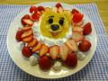 プーさんケーキ: パンケーキ(小麦粉・重曹・甜菜糖)をクマの型抜きで抜き 目と鼻は黒豆、眉は海苔、口はいちご。 土台はシンプルな蒸しケーキ(小麦粉・重曹・甜菜糖) で、イチゴと水切りヨーグルトで飾り付けました。