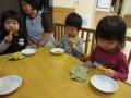 じーっと眺めてから食べる子ども(笑)