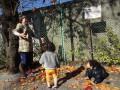 保育士が落ち葉をひらひらさせると・・