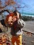 赤や黄色の葉を両手にいっぱい持って、にっこり!