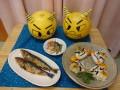 午前食は、鬼のおにぎり・焼き魚(鰯)・五目豆煮・味噌汁でした。