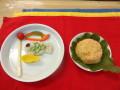 お昼: 鶏のつくね蒸し(鯉のぼり型) 南瓜とじゃが芋のマッシュ(鯉のぼり型) 人参の炊き込みご飯