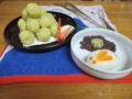 さつまいものペーストを丸めたお団子、うさぎのおにぎり、お月見の夜空をイメージた小豆煮とさつまいもの盛りつけ。