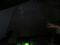 薄暗いテント内でプラネタリウム上映開始!