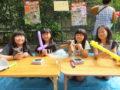 こぐま卒の小学生たちが「お絵描きせんべい」や「くじ引き」のお店を出して大活躍!